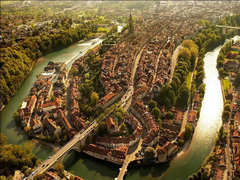 Ville germanophone à minorité francophone où ''Lorsque dans l'urbanisation, la forme des rues épouse la topographie des lieux, la ville se fait plus organique''. Inscrite au patrimoine culturel mondial de l'Unesco, grâce à son patrimoine médiéval urbain qui a pu être préservé au cours des siècles et nous a été légué comme nous l'apercevons.Quelle est cette ville formée par un méandre de l'Aar ?