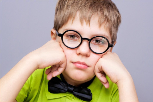 Jules a des problèmes de vue. Il porte de grosses lunettes et il louche un peu. Les autres se moquent de lui. Selon vous, Jules a-t-il subi une discrimination ?