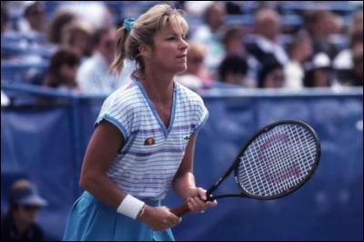 Cette joueuse de tennis américaine, première joueuse à dépasser les 1 000 victoires en individuel, et à se classer numéro un mondiale à cinq reprises (1975 à 1977, 1980 et 1981), c'est ... Evert.