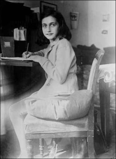 Pendant la Seconde Guerre mondiale, dans quel pays Anne Frank est-elle restée cachée, confinée ?