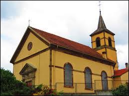 Vous avez sur cette image l'église Notre-Dame de Richeling. Commune du Grand-Est, dans l'arrondissement de Sarreguemines, elle se situe dans le département ...