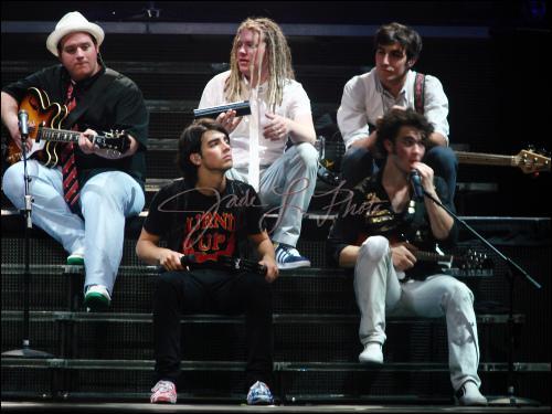 Quel est son lien avec les Jonas Brothers ?