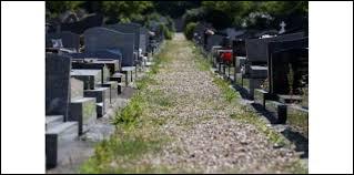 Dans un cimetière, les tombes sont composées de trois éléments distincts. Quels sont ces trois éléments ?