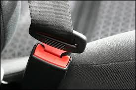 En quelle année le port de la ceinture est devenu obligatoire pour les passagers assis à l'arrière ?