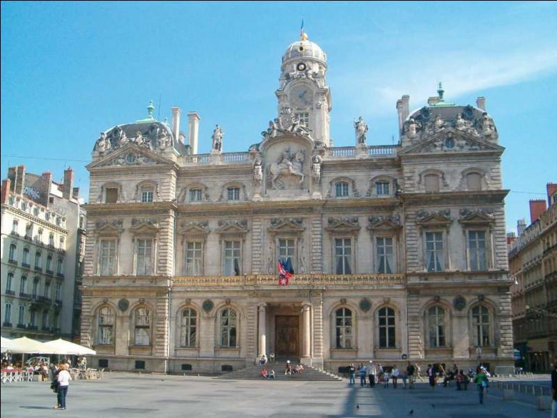 Le maire actuel, Gérard Collomb, élu PS en 2014, se présente avec l'investiture LREM pour l'élection métropolitaine, avec Yann Cucherat comme candidat à la mairie. La ville est :