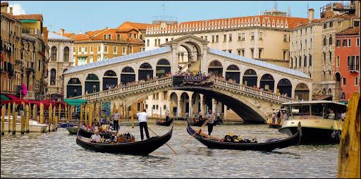 Quel est le pont le plus ancien qui enjambe le Grand Canal à Venise ?
