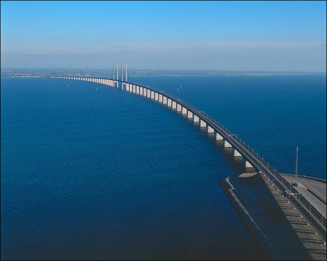 Comment se nomme le pont qui relie le Danemark à la Suède, inauguré en 2000 ?