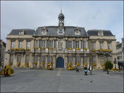 Dans cette ville où 5 listes seulement sont présentes au premier tour, François Baroin, maire (LR) depuis 1995, est à nouveau candidat :
