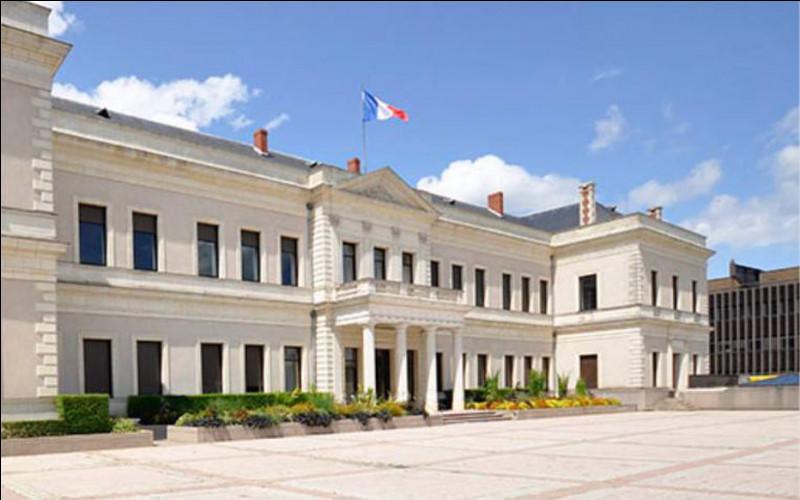 Le maire sortant, Christophe Béchu, élu en 2014, classé divers droite et soutenu par LR, LREM et le Modem, est à nouveau candidat dans cette ville de l'ouest :