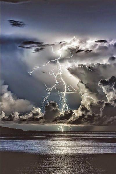 Comment savoir à quelle distance (en km) tombe la foudre, lors d'un orage ? Il faut compter le nombre de secondes entre l'éclair et le tonnerre, puis...