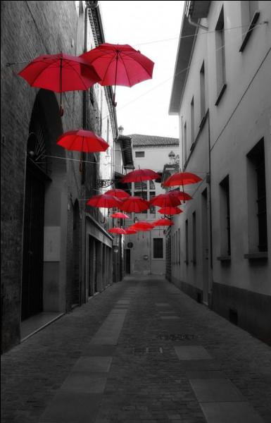 Quelle ville française est la capitale du parapluie ?