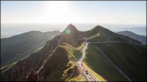 Comment s'appelle le sommet qui représente le point culminant du Massif central ?