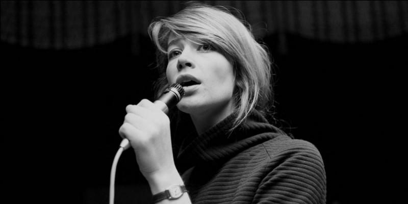 """Cette chanteuse, qui a connu de grands succès dans les années 1960 avec """"Tous les garçons et les filles"""", """"Le Premier Bonheur du jour"""", """"Mon amie la rose"""", se prénomme ..."""