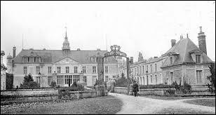 Voici une vue du château de Meslay-le-Vidame datant d'environ 1900. Village Eurélien, il se situe en région ...