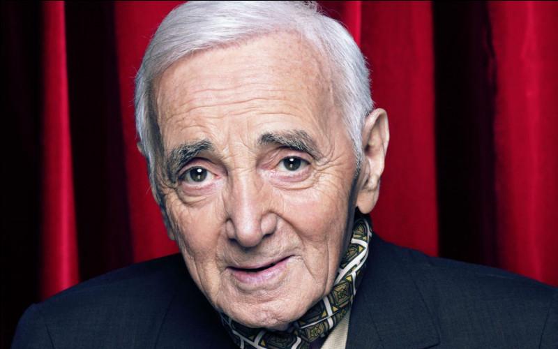 """Complétez les paroles de la chanson """"Mourir d'aimer"""" de Charles Aznavour : """"Les parois de ma vie sont lissesJe m'y ... mais je glisseLentement vers ma destinéeMourir d'aimer""""."""
