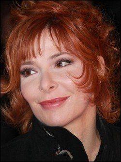 Qui est cette Mylène, auteure-compositrice-interprète, productrice et actrice franco-canadienne ?