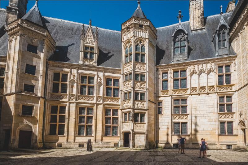 Quel palais d'architecture gothique situé à Bourges fut brièvement la propriété de Jean-Baptiste Colbert ?