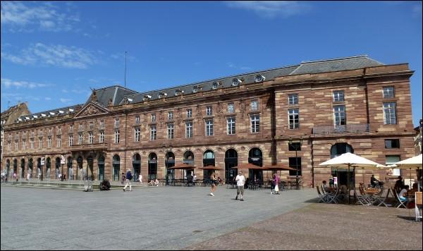 Comment s'appelle le bâtiment strasbourgeois situé sur la place Kléber et classé monument historique ?
