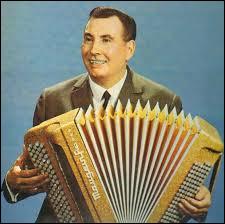 Qui est cet ancien accordéoniste et compositeur français ?