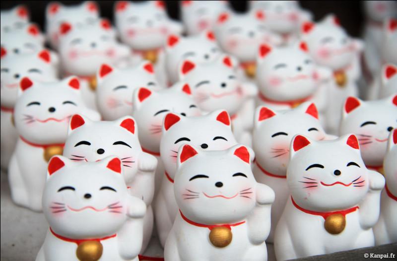 """Au Japon, on croise partout des statuettes de chat assis ayant une patte levée. Ces statuettes seraient gage de """"fuku"""" ou de """"sen ryo"""". Que signifient ces termes entre guillemets ?"""