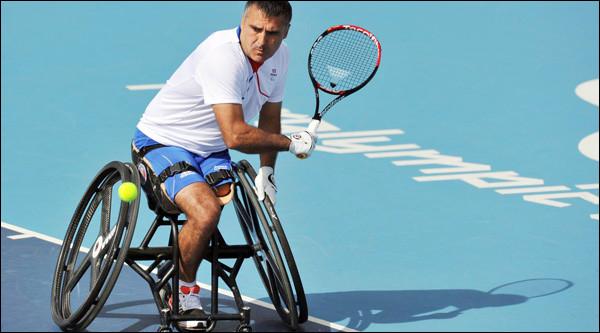"""Qu'est-ce qui surprendrait le plus un joueur de tennis """"debout"""" sur cette image de l'un des meilleurs joueurs du monde, le Français Stéphane Houdet ?"""