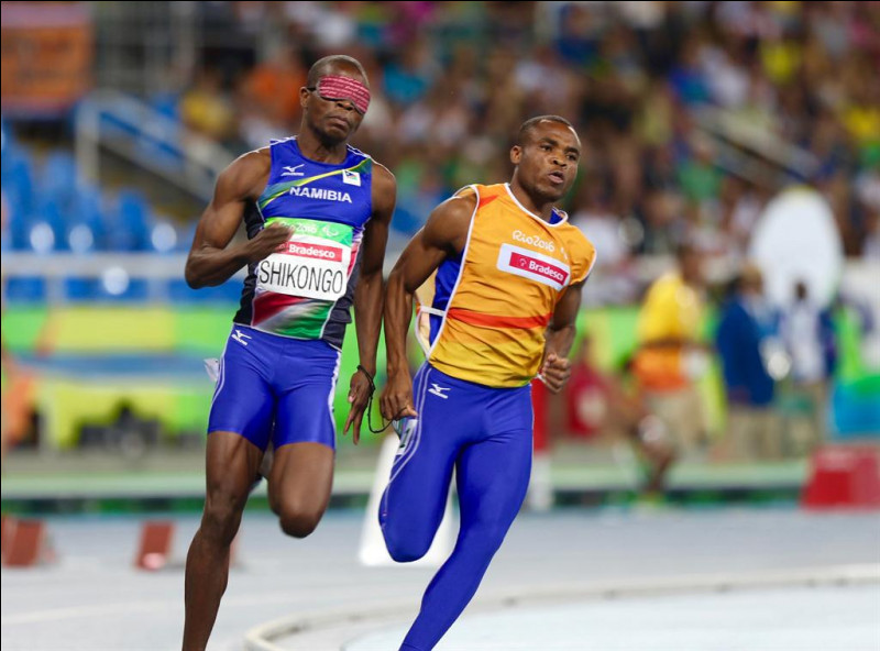 """Le Namibien Ananias Shikongo, a terminé troisième du 400m T11 aux derniers Jeux de Rio en 50""""63. Qu'y a-t-il d'étonnant, à première vue, sur cette photo prise durant cette course ?"""
