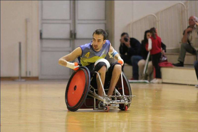 À quoi peut-on savoir que Adrien Chalmin est un défenseur en équipe de France de rugby-fauteuil ?