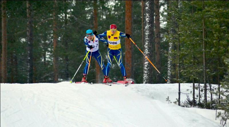 Cette skieuse déficiente visuelle tient le bâton de son guide. Est-ce autorisé ?
