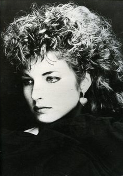 Qui est l'auteur-interprète de la chanson ''Être une femme (des années 80)'' ?