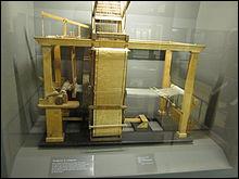 Comment s'appelle l'inventeur du métier à tisser semi-automatique ?