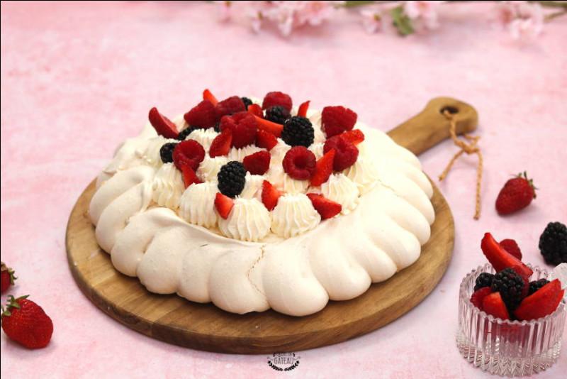 Comment se nomme ce dessert traditionnel à base de meringue, de crème fouettée, de fruits ?