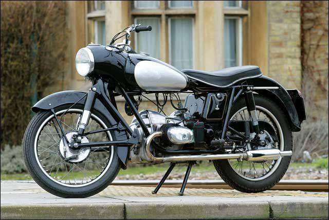 Quelle est cette moto de 1955 ?