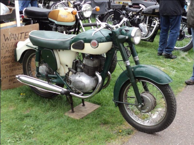 Quelle est la marque de cette moto de 1963 ?