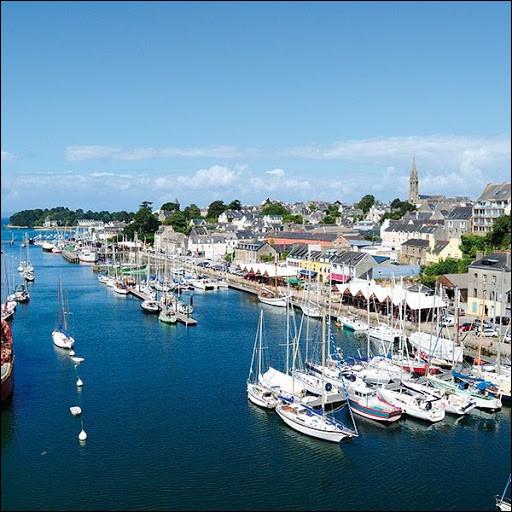 Ville bretonne, port de pêche et port de plaisance, située au fond de sa baie, dans le sud du département du Finistère :