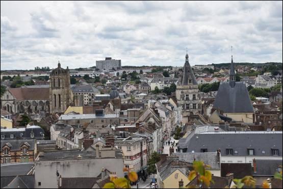 Ville du département d'Eure-et-Loir, en bordure de la Beauce, aux limites de la Normandie et de l'Ïle-de-France :