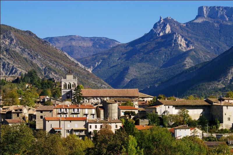 Petite sous-préfecture, située au pied du massif du Vercors au bord de la Drôme :