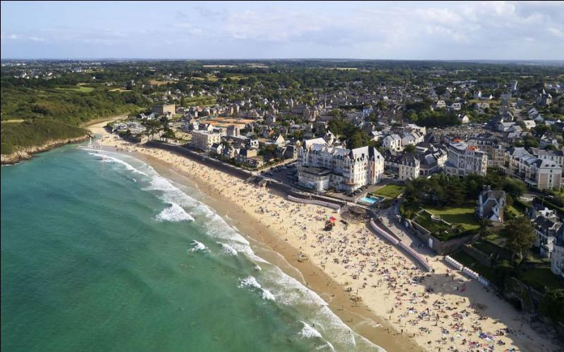 Ville de 10 000 habitants du département d'Ille-et-Vilaine, station balnéaire de la Côte d'Émeraude :
