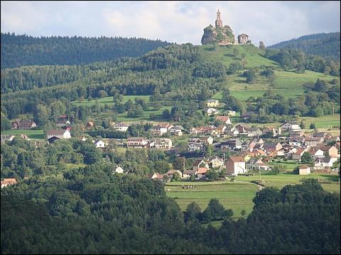 Petite ville du département de la Moselle, située dans le massif vosgien aux confins de la Lorraine et de l'Alsace et dominée par son rocher de grès culminant à 647 mètres :