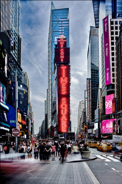 Quelle rue de New York a donné son nom à un quartier de spectacles ?