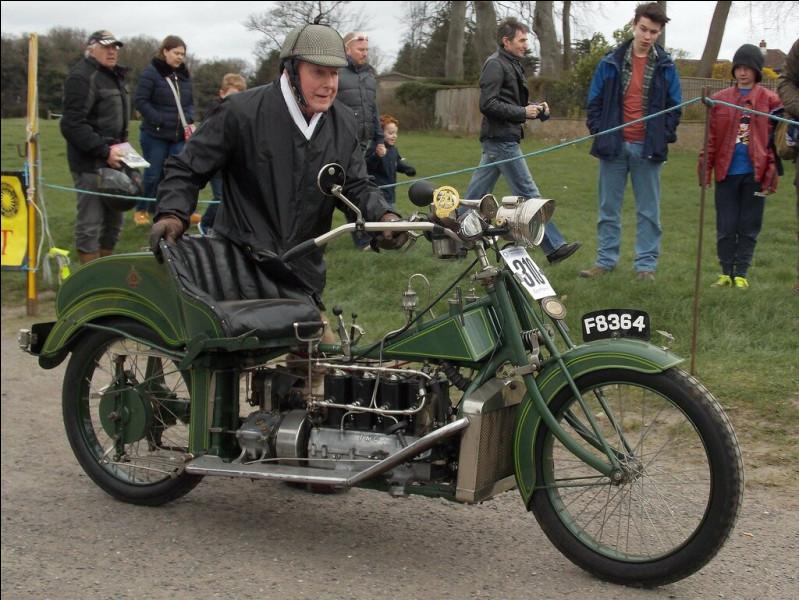 Quelle est cette moto de 1912 ?