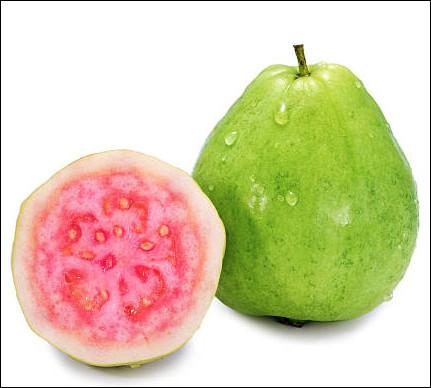 Quel est ce fruit tropical globuleux à la peau vert clair et à la chair blanche, jaune ou rosé ?