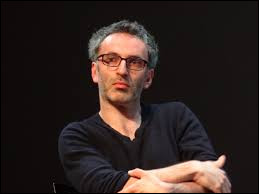 Ce chanteur, auteur-compositeur-interprète, récompensé pour l'album révélation de l'année aux victoires de la musique 2003, c'est ... Delerm.