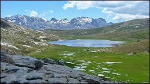 C'est le plus fameux des lacs corses, la porte d'entrée du plateau du Camputile, un espace pastoral longé par le GR20.