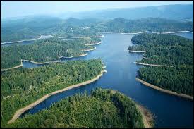 Quel est ce lac de Meurthe-et-Moselle aux rives encaissées dans d'épaisses forêts ?