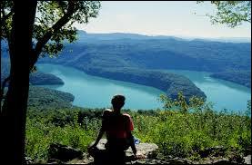 Quel est ce lac du Jura, troisième lac artificiel de France, au fond duquel repose une vieille chartreuse ?