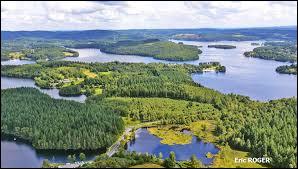 Où se situe le lac de Vassivière, qui abrite sur son île le Centre international d'art et du paysage (centre d'art contemporain) ?