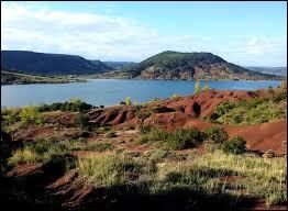 Où peut-on se promener au bord du lac de Salagou, lac bordé de ruffes rouges (grès) ?