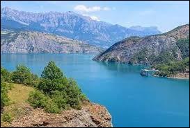 Quel est ce lac d'irrigation et de production d'électricité, aménagé de 1955 à 1961, dont la digue constitue le plus grand barrage en terre d'Europe ?