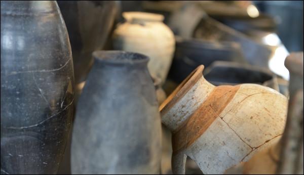 Où sont conservés et/ou sont exposés les objets trouvés en fouille à Bibracte ?