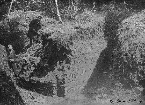 Quels objets appartenant aux premiers fouilleurs de Bibracte, a-t-on retrouvés par la suite en fouille ?(3 réponses exactes)